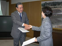 協定締結の握手